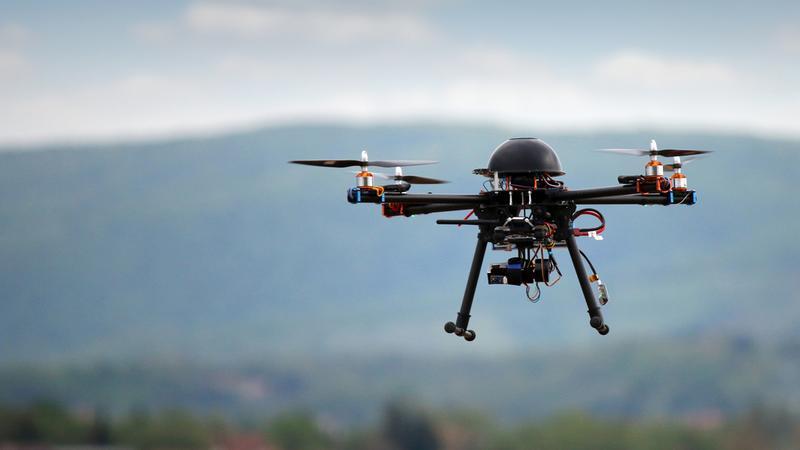 Pilot drona aresztowany za przeszkadzanie strażakom