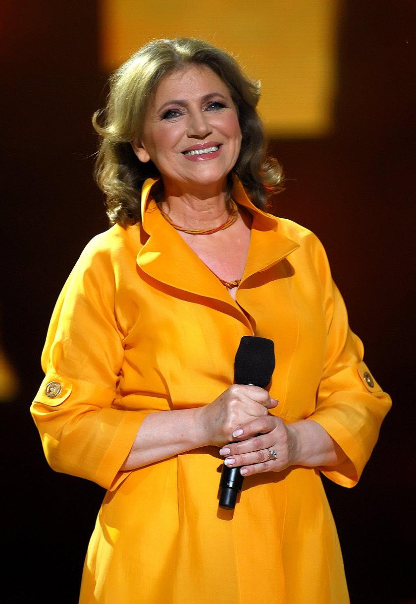 Halina Frąckowiak z mikrofonem