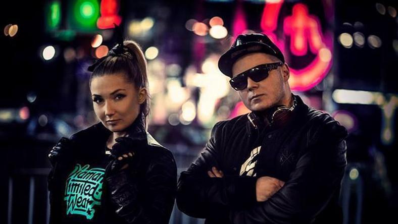 """Wydany przez Witolda """"Donatana"""" Czamarę i Joannę """"Cleo"""" Klepko jeszcze w roku 2013 singiel, stał siębezapelacyjnym hitem kolejnych miesięcy. Z muzyków uczynił jednych z najbardziej znanych polskich wykonawców, a teledysk do niego przyniósł rozgłos kilku seksownym Słowiankom (w niespełna trzy tygodnie od dnia premiery wyświetlony około 15 mln razy na łamach serwisu YouTube)"""