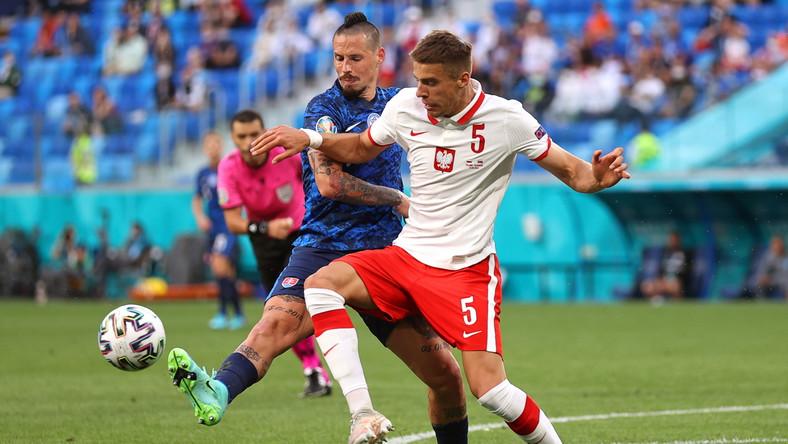 Jan Bednarek w starciu z Markiem Hamsikiem podczas meczu Polski ze Słowacją w Sankt Petersburgu