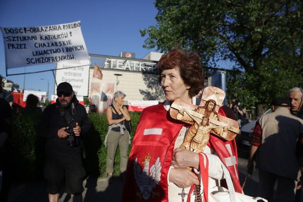 """Protest przeciwko spektaklowi """"Klątwa"""" przed siedzibą warszawskiego Teatru Powszechnego"""
