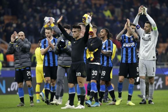 Fudbaleri Intera pozdravljaju navijače posle eliminacije