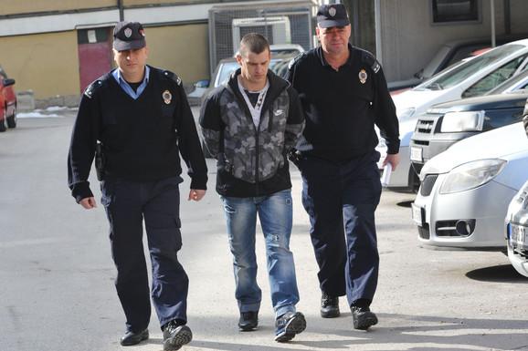 Bez olakšavajućih okolnosti: Zatvorski čuvari uvode Radovanovića u zgradu suda