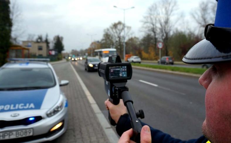 Urządzenie rejestruje cały cykl pomiaru prędkości oraz pozwala nałożyć mandat, np. za brak pasów lub rozmowy przez telefon