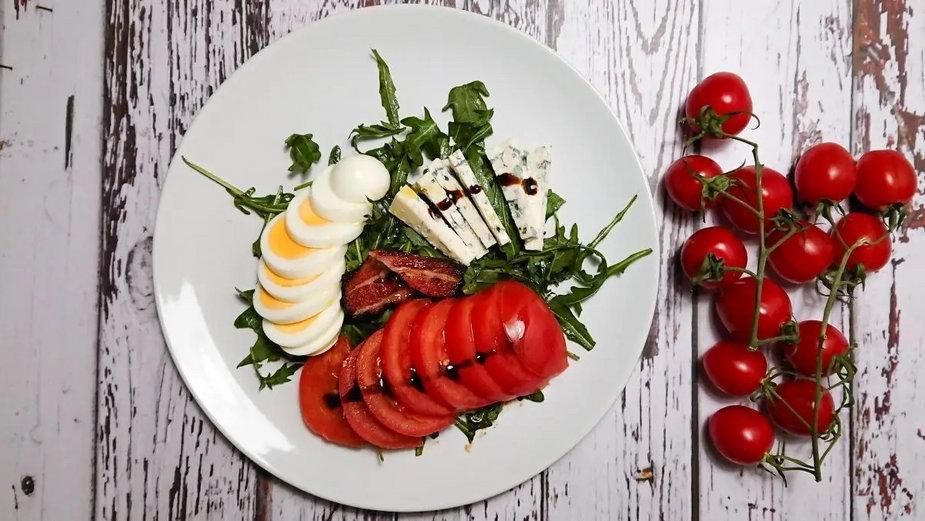 Przepis na sałatę z boczkiem i serem pleśniowym