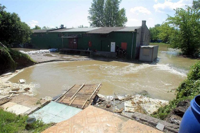 Wyrwa w wale ma 15 metrów. Woda z Wisły zalewa przedwojenne zabudowania Portu Praskiego, zagrożony może być blok mieszkalny