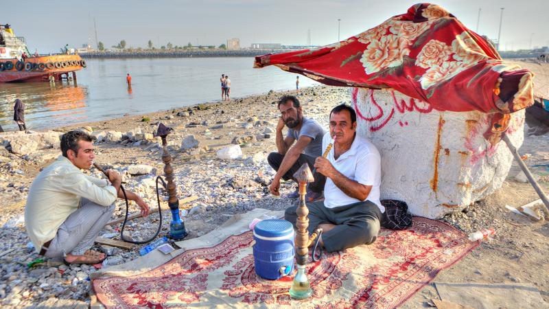Mężczyźni pala fajkę wodną w Bandar Abbas, prowincja Hormozgan, Iran