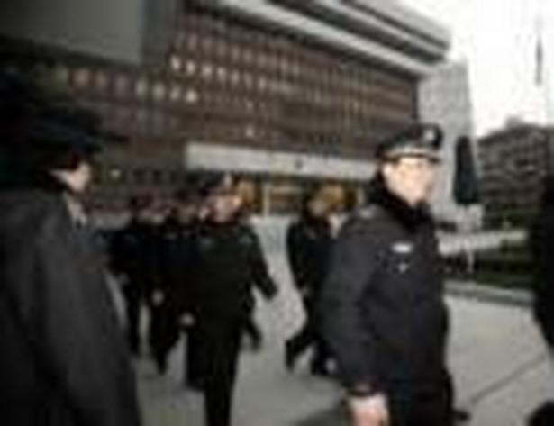 Policjanci i świadkowie zdarzenia szybko obezwładnili napastnika. Policja podała, że mężczyzna to 33-letni Guo Kaibing, który według rodziny w przeszłości cierpiał na choroby psychiczne.