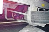 migarnti sakriveni ispok kamionske prikolice