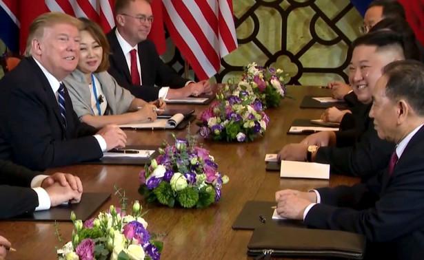 Przywódca Korei Płn. Kim Dzong Un oświadczył w czwartek podczas spotkania z prezydentem Donaldem Trumpem w Hanoi, że nie uczestniczyłby w nim, gdyby nie był skłonny do denuklearyzacji Półwyspu Koreańskiego.