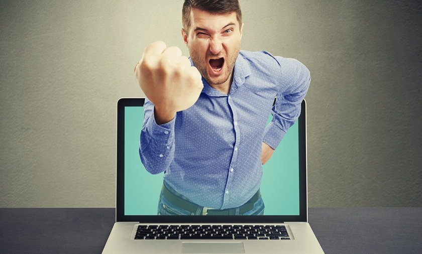 hejter, komputer, hejt, agresja, złość, zły, laptop, internet, mężczyzna, krzyk
