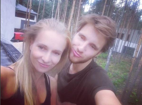Maciej Musiał i jego młoda mama
