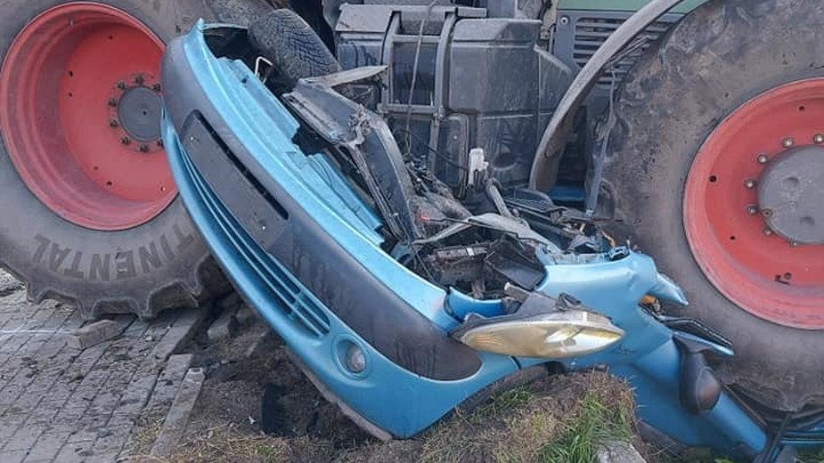 Śmiertelny wypadek w Żabowie. Ciągnik rolniczy zmiażdżył osobówkę. Zginęła 43-latka