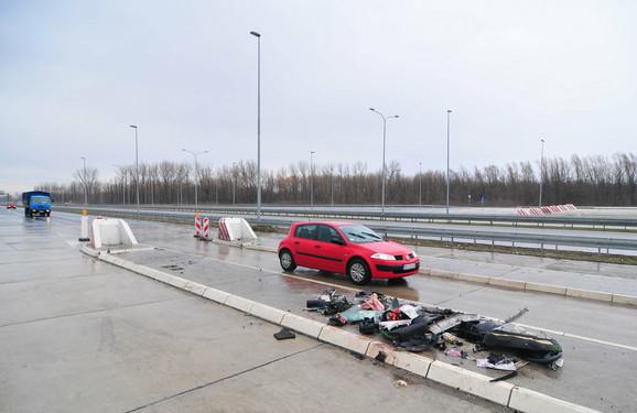 Ostaci slupanog automobila na mestu nesreće