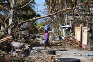 Do 877 wzrósł bilans ofiar huraganu Matthew na Haiti. Żywioł powoli słabnie