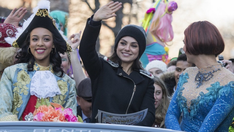 """Aktorka wzięła wczoraj udział w paradzie na jej cześć w związku z tym, że została uhonorowana tytułem Kobiety Roku przyznawanym przez stowarzyszenie The Hasty Pudding Theatricals Society na Uniwersytecie Harvarda wykonawcom cenionym za """"trwały i imponujący wkład w świat rozrywki""""..."""