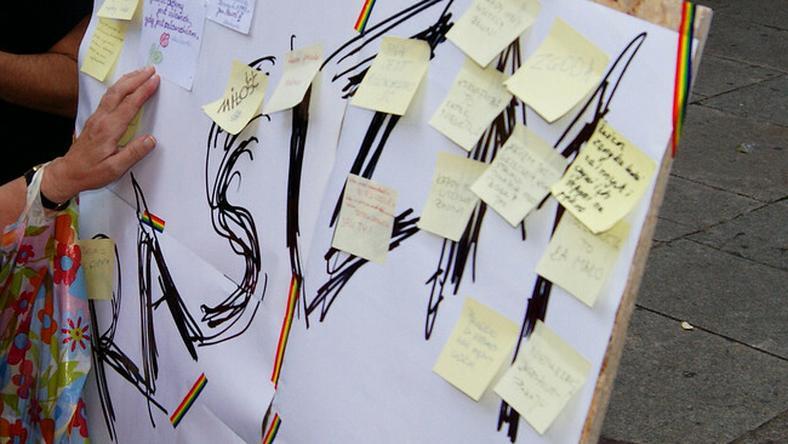 """Podczas ubiegłorocznej manifestacji antyrasistowskiej w Toruniu można było zaklejać napis """"rasizm"""" swoimi hasłami"""