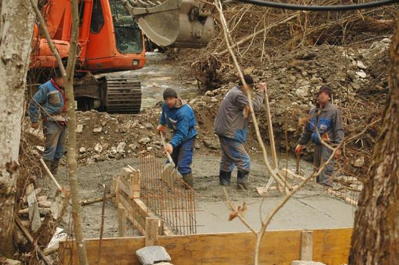 Da se raplačeš: Ovako izgleda betoniranje reke