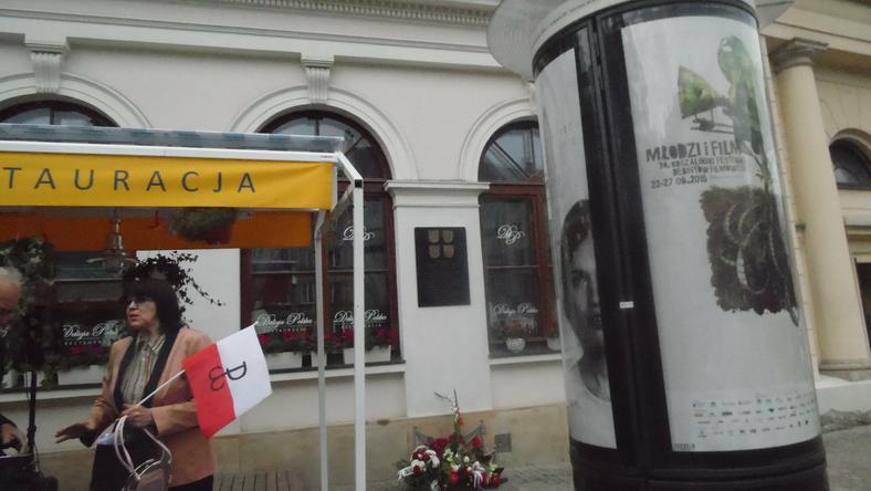 Dojście do tablicy pomordowanych Polaków zatarasowane przez ogródek piwny i słup ogłoszeniowy, fot. Autora