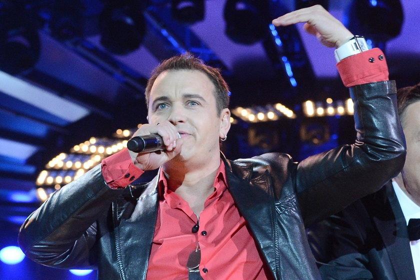 Radek Liszewski na scenie z mikrofonem