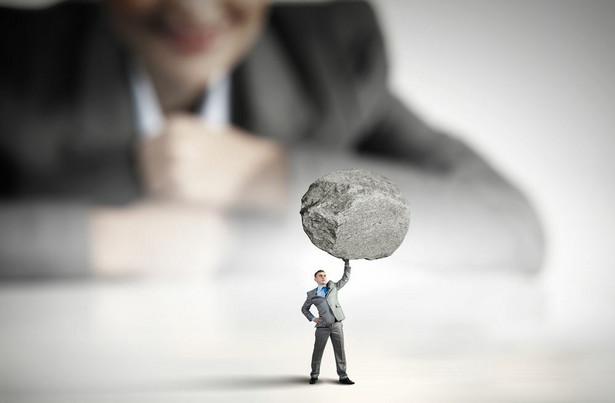Jest duża różnica między pewnością siebie a arogancją. Arogancki szef będzie wszystko wiedział lepiej i czuł się ważniejszy od reszty zespołu. Źle znosi dobre pomysły swoich pracowników, chyba, że przedstawia je jako swoje własne i zgarnia za nie cały splendor. Nie znosi sprzeciwu i prędzej zniszczy pracownika, niż przyzna mu rację.