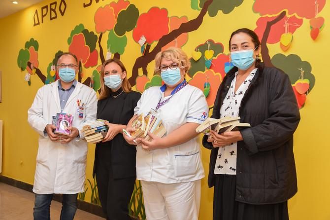 """Posetili smo Institut za onkologiju u Sremskoj Kamenici, ženama koje se leče uručili izdanja """"Blic žene"""" i na taj način makar malo skratili bolničke dane"""