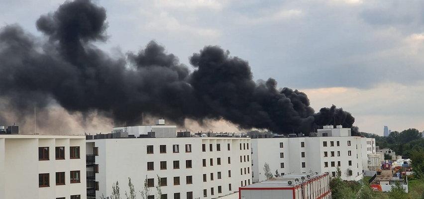 Wielki pożar w Warszawie. Unoszące się nad stolicą kłęby czarnego dymu widać z odległości kilku kilometrów