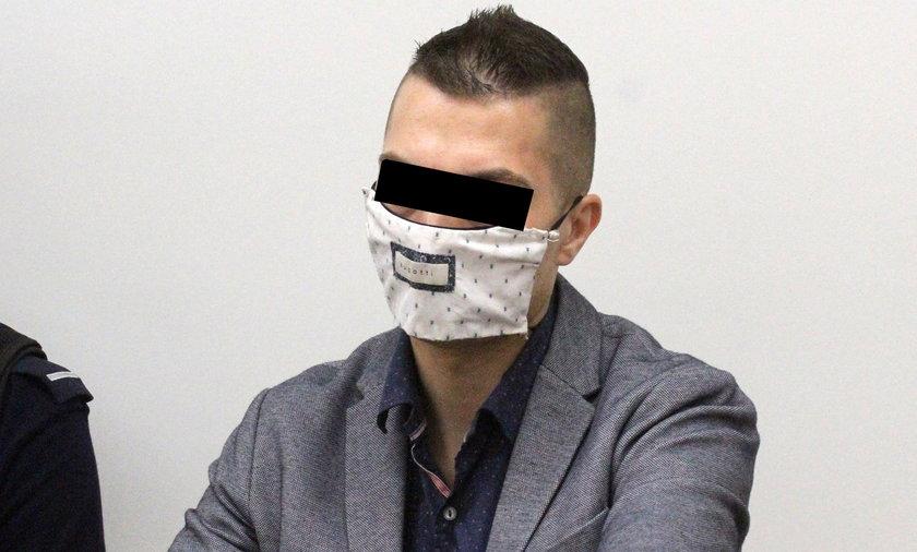 Bartłomiej S. jest oskarżony o zamordowanie bezdomnego i usiłowanie zabójstwa własnego ojca