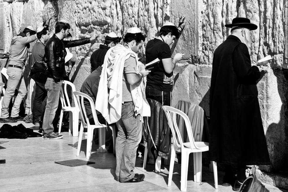 Muzułmanie mają tutaj swój Meczet na Skale, Żydzi – Ścianę Płaczu, która jest pozostałością po Świątyni Salomona.