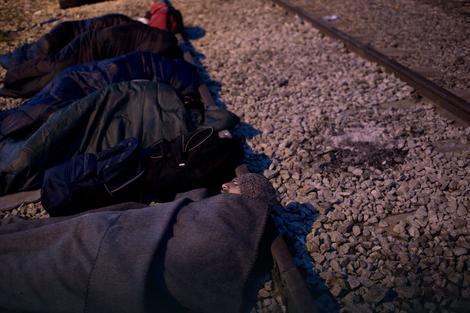 Migranti spavaju na zatvorenoj pruzi