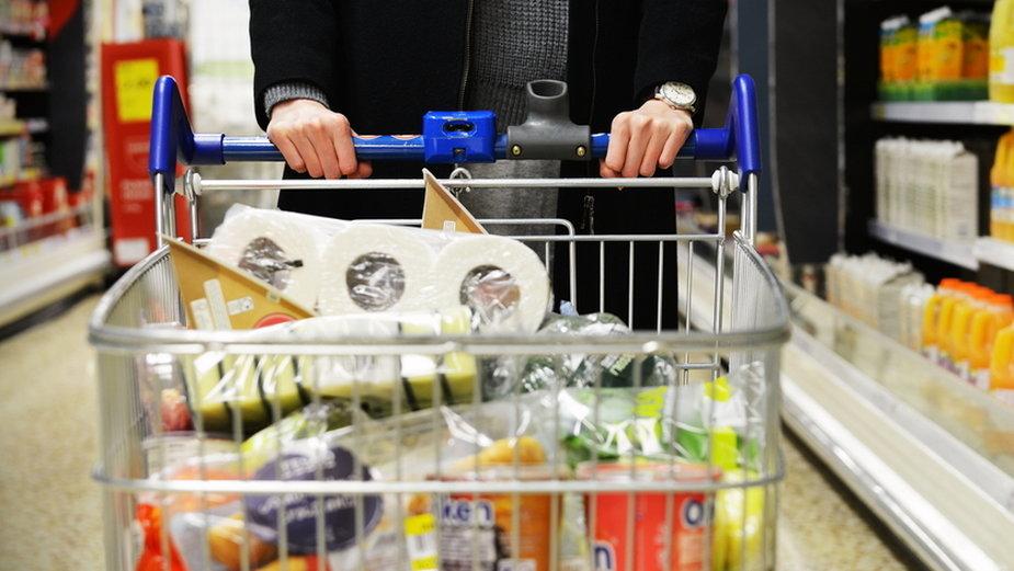 Dla potrzebujących najlepiej kupić produkty z długim terminem przydatności do spożycia