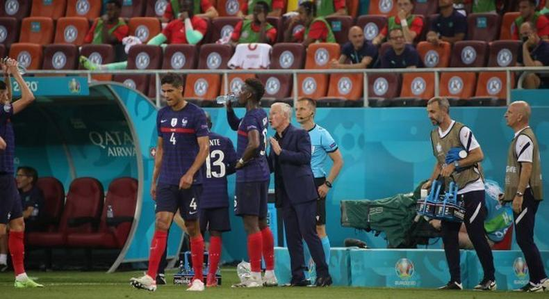 Paul Pogba et Didier Deschamps en grande discussion pendant France-Suisse