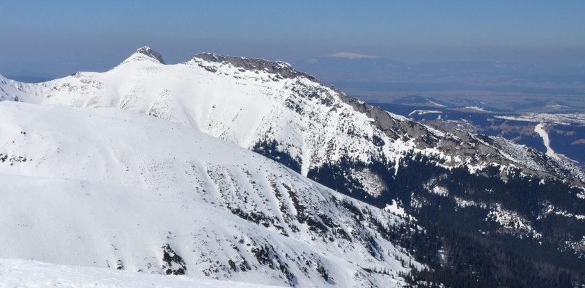 To nie żart. Mężczyzna z lodówką na plecach wędrował w Tatrach