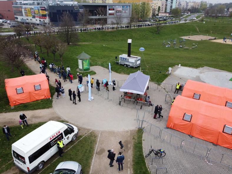 Tłumy w kolejce przed punktem szczepień w Gorzowie Wielkopolskim
