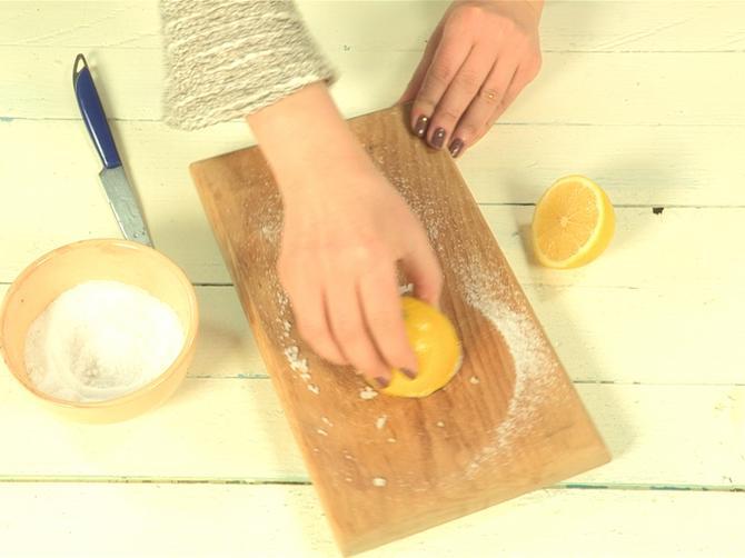 Uz limun i so čišćenje daske za sečenje nikad nije bilo lakše: Isprobali smo i oduševili se!
