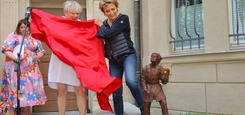 Krasoludek z filmu Kingsajz stanął przed Szuflandią w Łodzi. Pomnik Olo Jedliny to hołd dla aktora Jacka Chmielnika