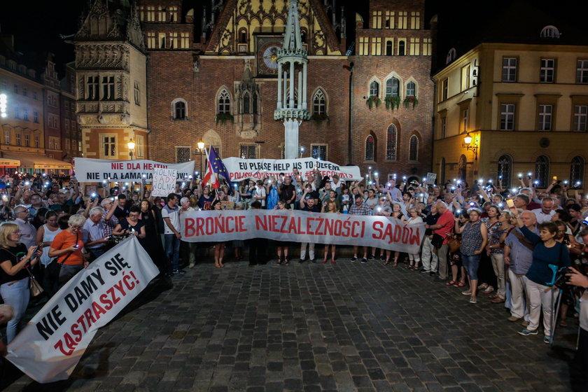 Manifestacje przeciwko Ziobrze. Oto transparentny i łańcuchy światła. Tak było w kilku miastach. Galeria
