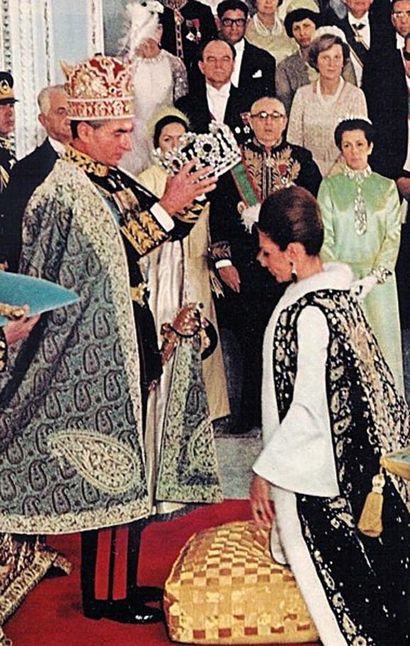 Šah Mohamed Reza Pahlavi kruniše Farah Dibu u okviru ceremonije 1967.