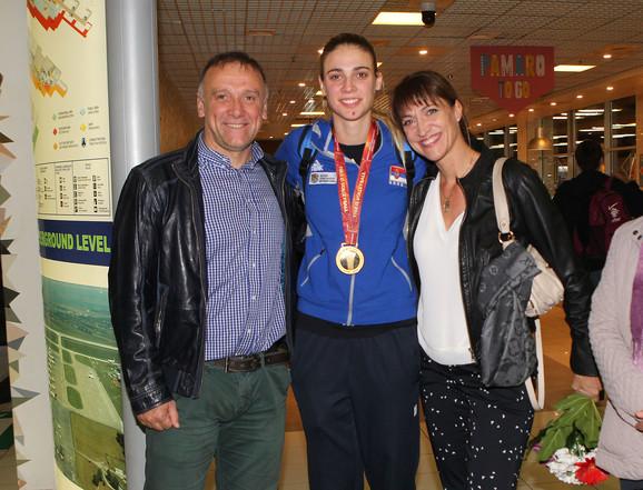 Jovana Stevanović sa roditeljima na beogradskom aerodromu
