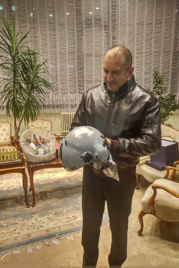Radev je od Vučića dobio pilotsku jaknu i kacigu jer ima čin generala