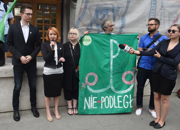 """Tuż przed procesem, przed śródmiejskim sądem, odbyła się pikieta """"Zielonych"""", wyraz solidarności z aktywistami."""