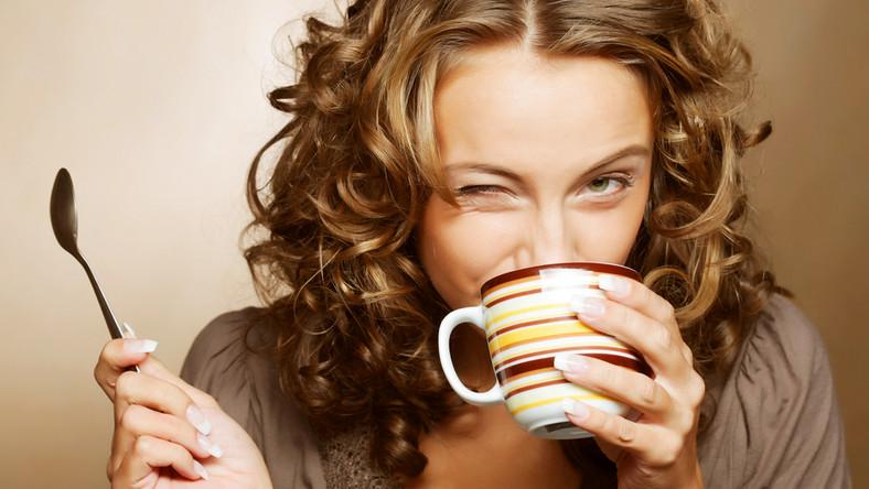 W badaniu wzięło udział 10 tysięcy osób. Okazało się, że przedstawiciele zawodów, które słyną z picia dużej ilości kawy, spożywają dziennie 4-5 filiżanek małej czarnej. Aż 70 proc. z nich przyznało, że bez kawy nie są w stanie dobrze pracować