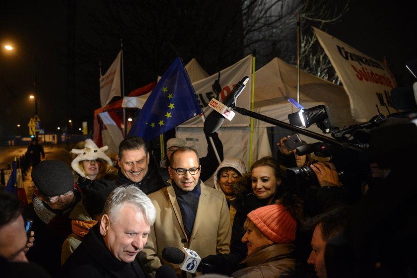 Posłowie opozycji przed Sejmem