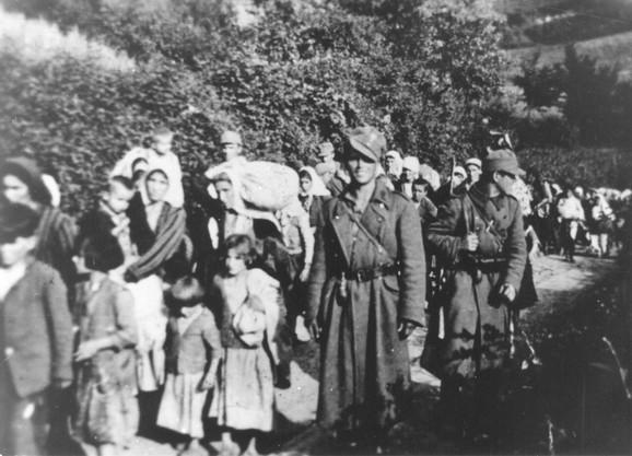 Ustaše sprovode žene i decu sa Kozare