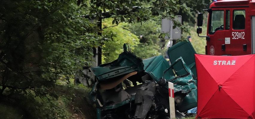Potworny wypadek pod Rawą Mazowiecką. Trzy osoby zginęły, dwie poważnie ranne