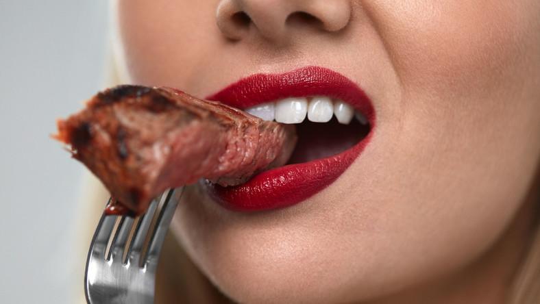 Kobieta je mięso