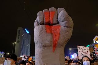 Strajk kobiet: Tłumy na ulicach Warszawy. Tak wyglądał piątkowy protest [GALERIA]