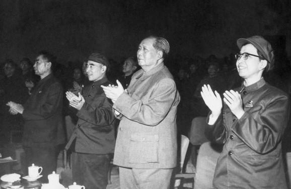 Đijang Ćing na fotografiji iz 1967, sa premijerom Džou Enlajem, maršalom Lin Bijaom i Mao Cedungom (sleva nadesno)