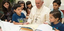Papież znów zaskakuje. Oto, co zrobił dla uchodźców