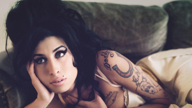 """Reżyser filmu Asif Kapadia (autor nagradzanego dokumentu """"Senna"""") i jego współpracownicy wykonali tytaniczną pracę. Nie tylko przeglądając setki godzin materiałów wideo i przesłuchując taśmy audio. Udało im się również namówić na wypowiedź wiele osób z grona tych, które przez lata znajdowały się blisko Amy Winehouse, od członków rodziny po ochroniarza i przyjaciół z dzieciństwa."""